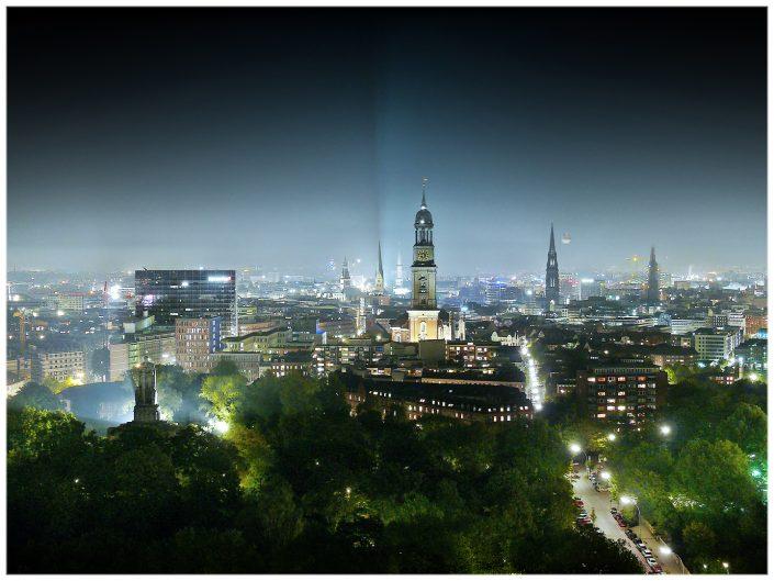 Blick auf die hamburger Skyline bei Nacht