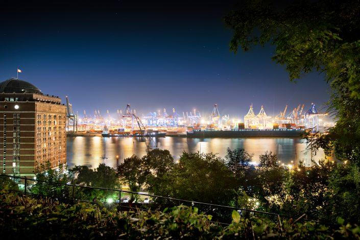 Blick auf Elbe und Hafen vom Elbpark in Hamburg bei Nacht